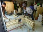 formations à la production de briques en terre crue compressée montage des murs